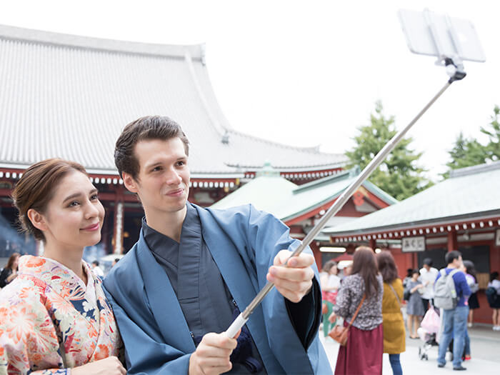 Take memorable photos of you in kimono with a shrine in the background.