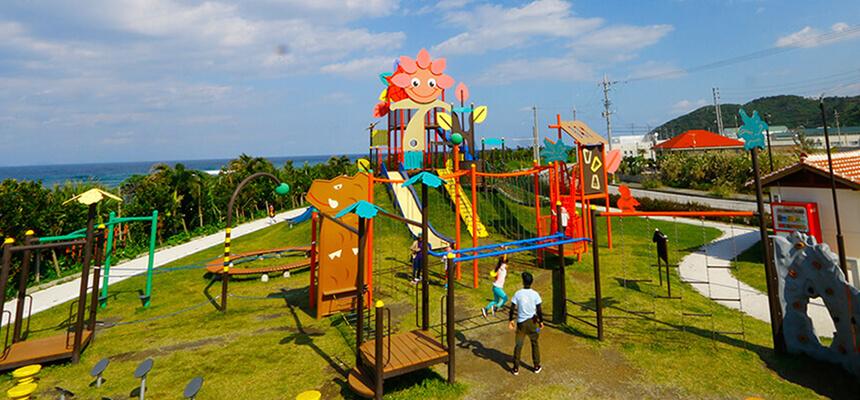 家族みんなで大はしゃぎ! 大型すべり台や巨大アスレチック遊具が楽しい沖縄の公園8選
