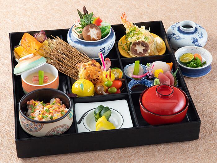 日本料理「富士」では、季節の恵と沖縄の素材を匠の技で仕上げた、目にも舌にも麗しい和食を提供