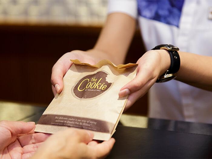世界中の「ダブルツリーbyヒルトン」では、チェックイン時にお客様へ焼き立てのチョコチップクッキーをプレゼント